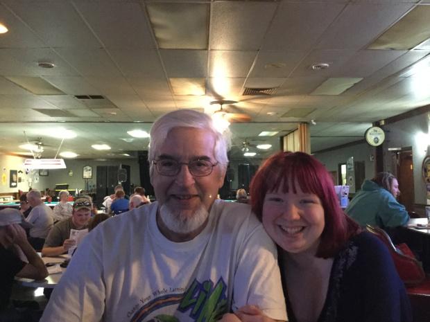 lánya randizni egy idősebb férfi új társkereső show poggyász